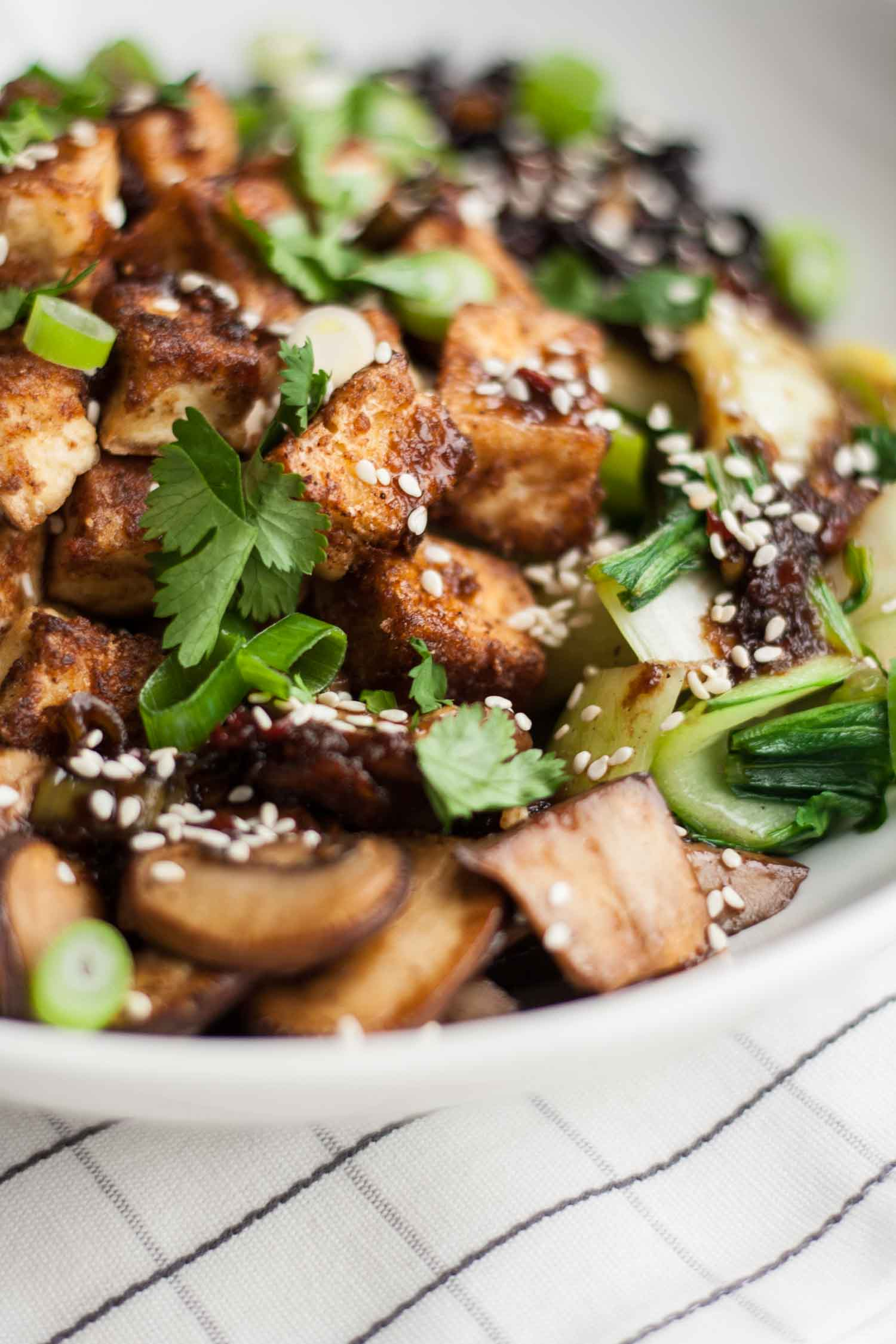 Crispy Tofu Black Rice Bowl – this vegan recipe is infused with Asian flavours, is quick and easy to make and is loaded with crispy, flavoursome tofu | eatloveeats.com