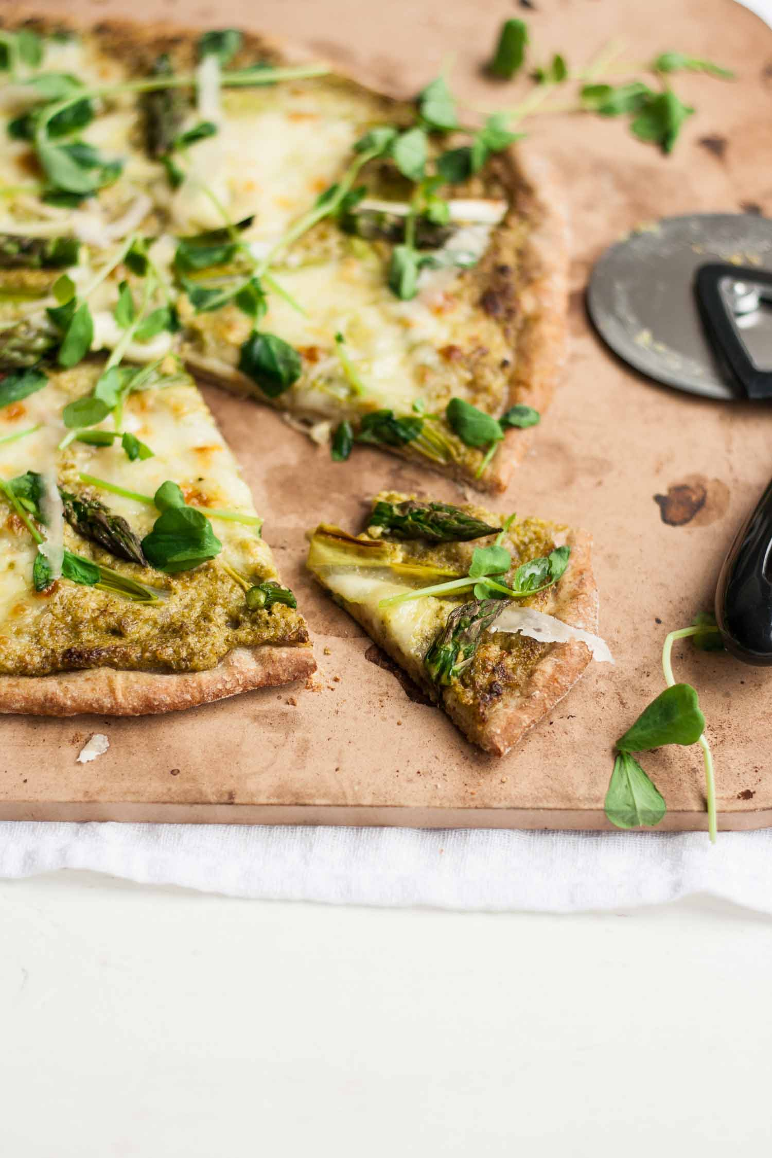 Asparagus Pesto Pizza - this super green pizza recipe features a bright and fresh asparagus pesto, flavoured with mint and basil! Springtime comfort food! | eatloveeats.com