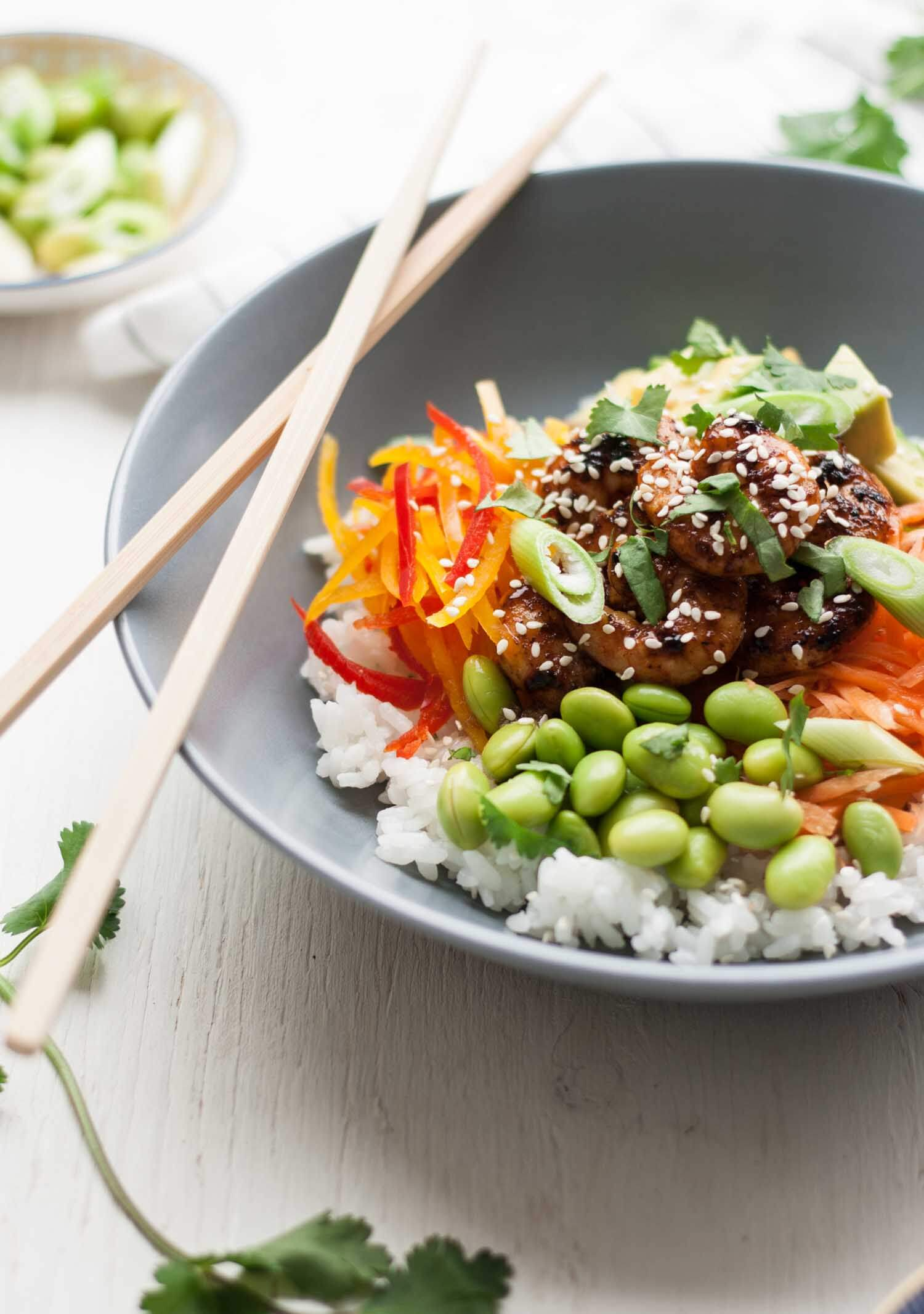 Sticky Rice Salad with Spicy Prawns - this simple recipe combines sticky sushi rice, fresh veggies and spicy prawns for a healthy and flavoursome lunch dish! | eatloveeats.com