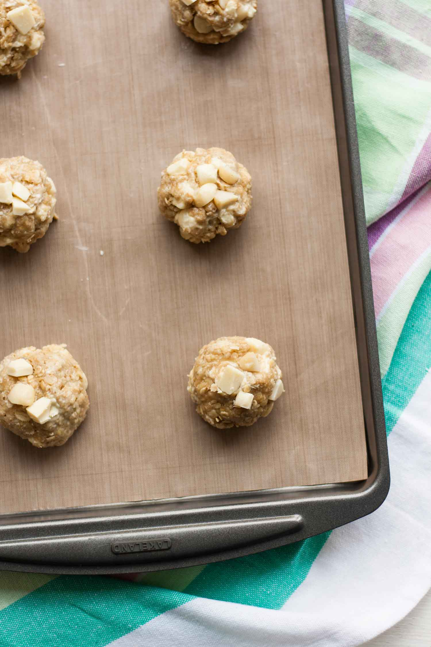White Chocolate and Macadamia Oat Cookies - these chocolatey oatmeal cookies are both crunchy and chewy and are seriously easy to make!   eatloveeats.com