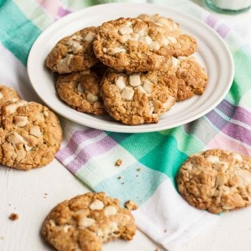 White Chocolate and Macadamia Oatmeal Cookies - these chocolatey oatmeal cookies are both crunchy and chewy and are seriously easy to make! | eatloveeats.com