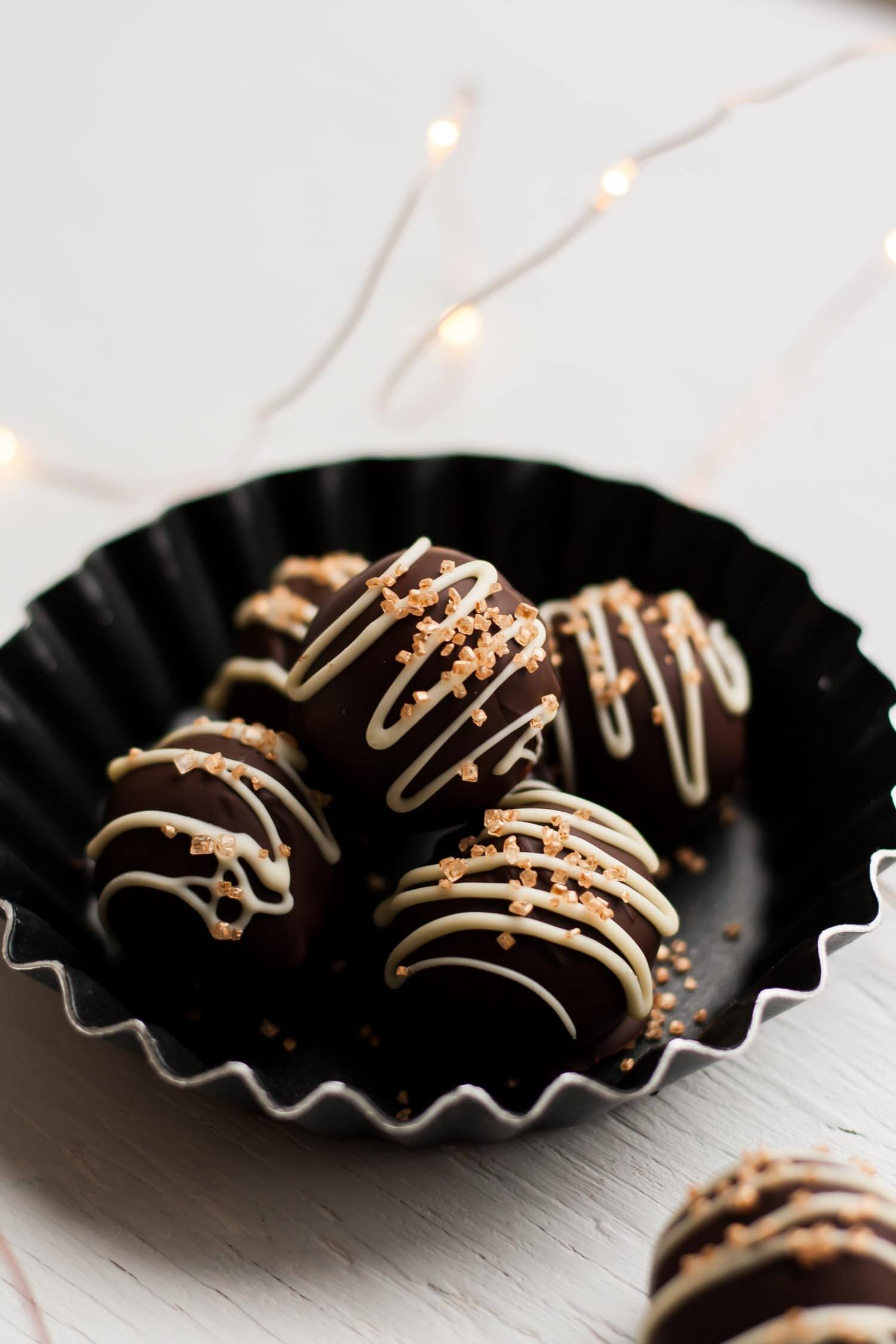 White Chocolate Nutmeg Truffles - these indulgent truffles are spiced with that wonderful festive spice, nutmeg. They would make the perfect edible gift! | eatloveeats.com